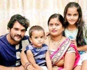 Khesari-Lal-Yadav-with-Family